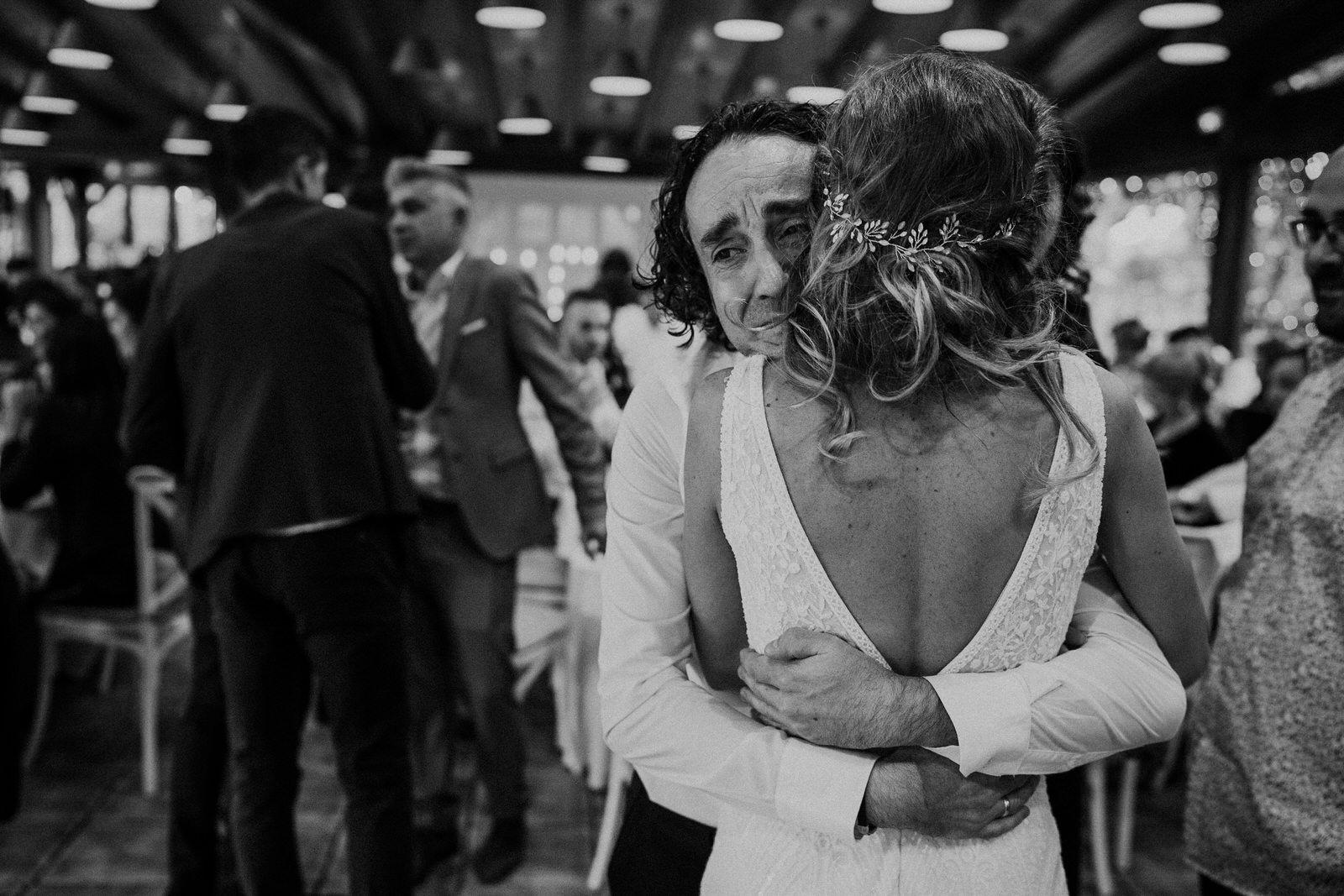 novia abrazando